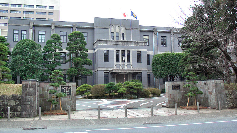 Sumber https://upload.wikimedia.org/wikipedia/commons/c/c0/Kumamoto_university_headquarters_building_1.jpg